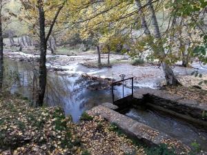represa y canal de derivación